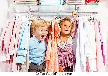 opgewekte jongen, en, meisje, toneelstuk huid-en-zoekt, in, winkel