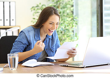 opgewekte, ondernemer, girl lezen, een, brief