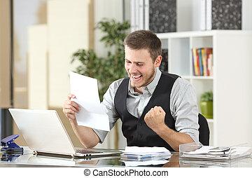 opgewekte, zakenman, lees een brief, op, kantoor
