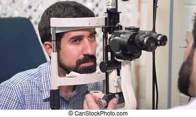 ophtalmologiste, vue, patient, -, jeune, ophtalmologie, clinic., chèques, homme