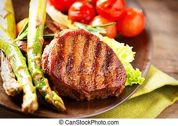 opieczona zielenina, stek, mięso, wołowina