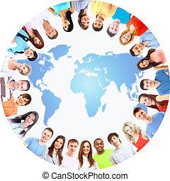 opinión de ángulo baja, de, feliz, hombres y mujeres, posición, juntos, en un círculo