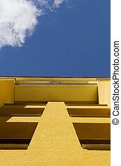 opinión de ángulo baja, en, moderno, edificio apartamento, exterior