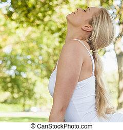 opinión del perfil, de, rubio, mujer joven, hacer, yoga, en, un, parque