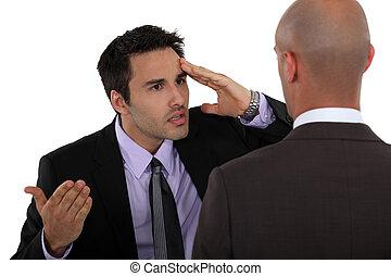 opinión, diferencia, teniendo, dos, hombres de negocios