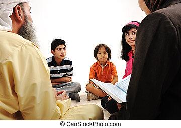 opleiding, activiteit, in, ramadan, moslim, paar, en, kinderen, lezende , koran
