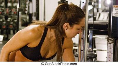 opleiding, vrouw, kabel, gym, close-up, machine, spierballen, geconcentreerde, triceps, het trekken