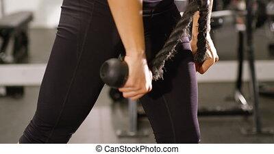 opleiding, vrouw, kabel, gym, close-up, machine, spierballen, het trekken, triceps