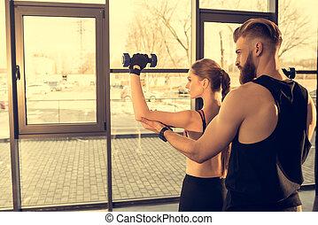 opleiding, vrouw, Sportief, atletisch,  Gym,  back, jonge,  dumbbells,  man, aanzicht