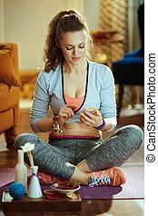 opleiding, vrouw, yoga, programma, online, gebruik, het glimlachen, smartphone