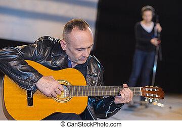 opname, zijn, elektrisch, zittende , gitaar, studio, spelend, man