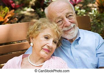 opowiadanie swych wspomnień, para, senior