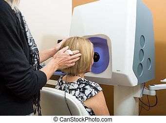 opticien, aanpassen, patiënt, hoofd, voor, retinal, onderzoek