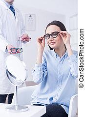 opticien, en, vrouw, kies, brillen