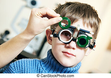 optiker, doktor, untersucht, sehvermögen, von, kinder-junge,...