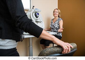 optiker, fragen, patient, sitzen, in, kaufmannsladen