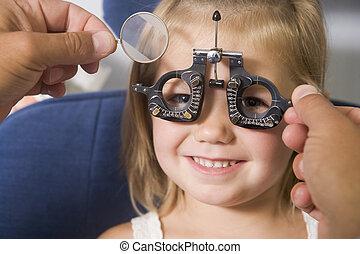 optiker, in, prüfungszimmer, mit, junges mädchen, stuhl, lächeln