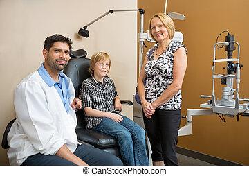 optiker, med, kunder, le, in, lager