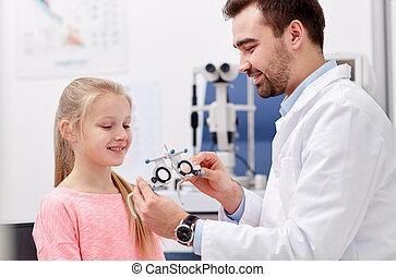 optiker, mit, versuch, rahmen, und, m�dchen, an, klinik