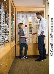 optiker, und, junge, kommunizieren, in, kaufmannsladen