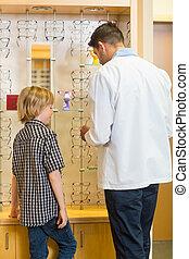 optiker, und, junge, wählen, eyewear, in, kaufmannsladen