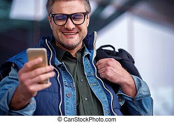 optimista, adulto, homem, é, descansar, ao ar livre, e, usando, móvel