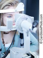 optométrie, concept, -, joli, jeune femme, avoir, elle, yeux, examiné, par, une, oculiste