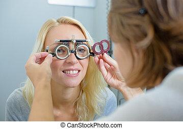 optométriste, vérifiant yeux