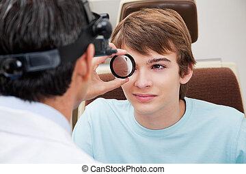 optometrist, compiendo, dilatato, retinal, esame