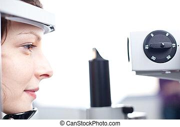 optometry, 概念, -, 相當, 年輕婦女, 有, 她, 眼睛, 檢查, 所作, an, 眼睛醫生,...