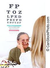 optyk, wybierające okulary