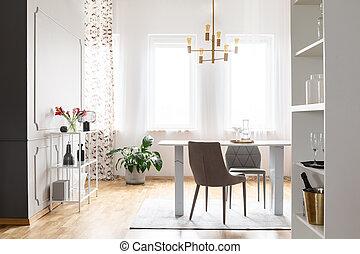 or, lampe, au-dessus, table, et, chaises, dans, clair, salle manger, intérieur, à, fleurs, et, windows., vrai, photo