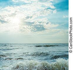 orage, mer, et, ciel dramatique, à, soleil