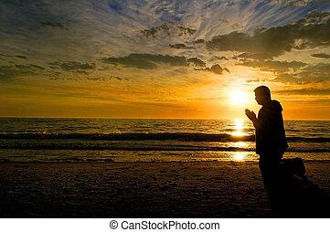 orando, em, pôr do sol