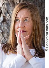 orando, feliz, relaxado, mulher madura, ao ar livre