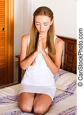 orando, mulher, jovem, cama