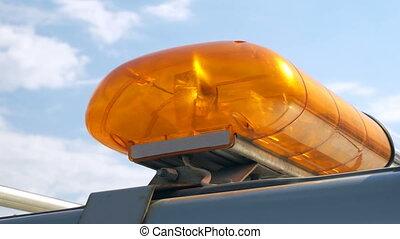orange, clignotant, lumière secours, sur, ciel bleu