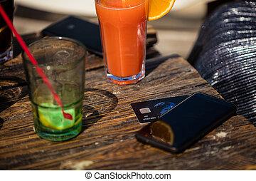 orange, cocktail, und, kreditkarte, auf, strandbar