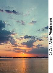 orange, coucher soleil dans nuages, sur, eau