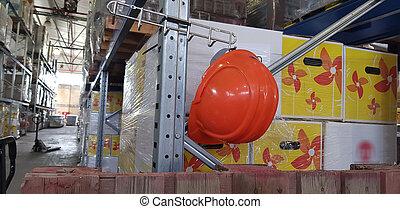 orange, grand, casquette, crochet, sécurité, pendre, entrepôt