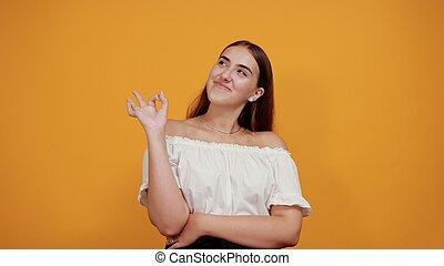 orange, isolé, gai, victoire, femme, geste, sourire, mur, jeune