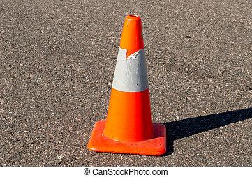 orange, sicherheitskegel, auf, asphalt