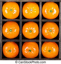 Oranges in a box - Oranges or clementines arranged in a box