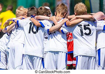 ordenación del fútbol, para, children., grito, equipo, fútbol, juego del fútbol