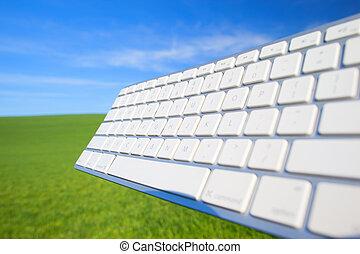 ordenador teclado, en, cielo, y, pasto o césped, plano de fondo