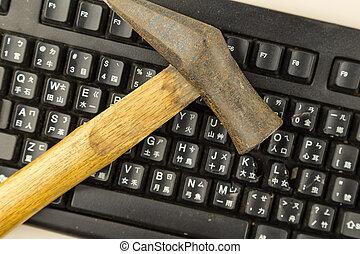 ordinateur endommagé, marteau, clavier