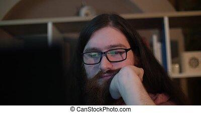 ordinateur homme, jeune, fonctionnement, fatigué