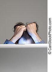 ordinateur homme, regarder, désespoir