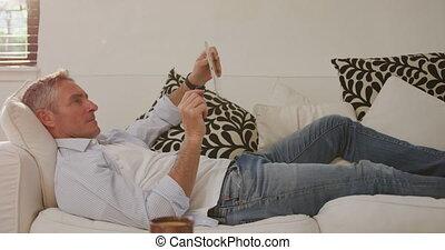 ordinateur homme, utilisation, maison, tablette