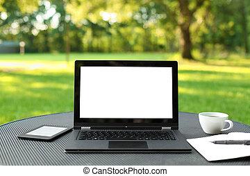 ordinateur portable, à, écran blanc, dehors